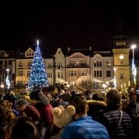 Během následujících dnů nazdobíme vánoční strom i ulice